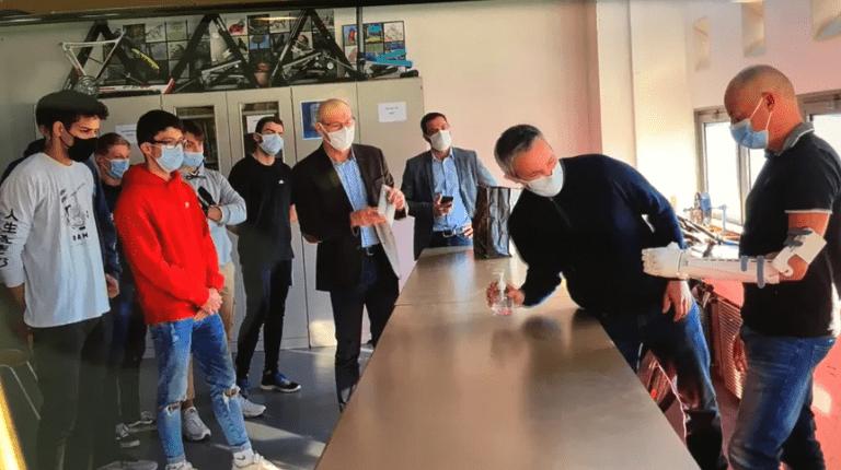 Les étudiants du Lycée La Fayette de Clermont-Ferrand avec leur enseignant Yann Vodable, remettant une prothèse de bras.